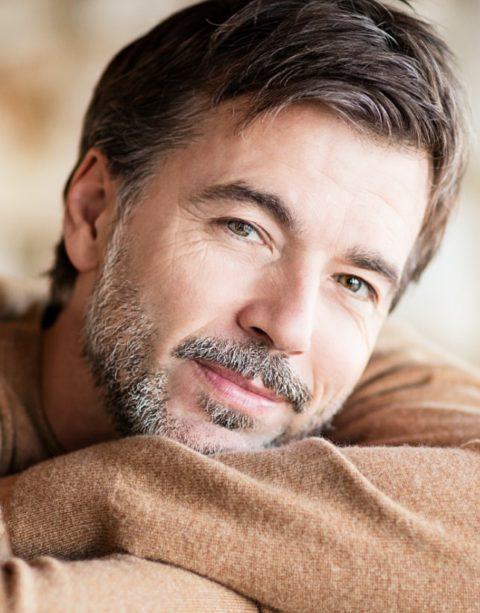 Glücklicher Mann mittleren Alters